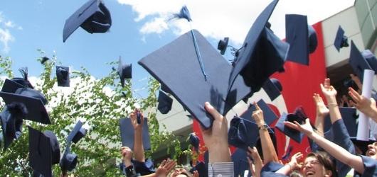 Mezuniyet, uzun ve zorlu bir süreç olan eğitim hayatının mutlu bir an ile sonlanmasıdır.